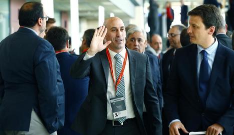 Luis Rubiales saluda a l'arribar a l'assemblea de la Federació Espanyola de Futbol.