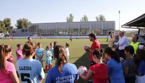 Un grup de nenes atén les explicacions d'un dels coordinadors, Santi Martínez.