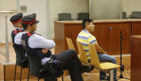 L'acusat, que compleix presó preventiva, ahir al banc de l'Audiència.