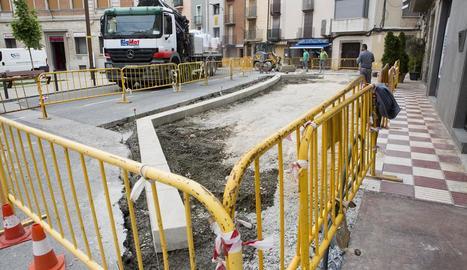 Les obres a l'avinguda Catalunya al centre de Cervera.