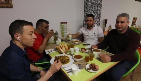 Un grup de musulmans sopa després de superar el primer dia de dejuni, ahir a Lleida.