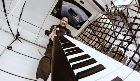 Experimentació a l'espai - A més de Telemetron, música i Savnac com a proposta visual plàstica que permet crear una obra efímera, Marzenit i Barqué-Duran treballen, en col·laboració amb l'Institut Europeu del Disseny, en vestits espacia ...