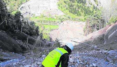 Els tècnics estudiant el terreny a la zona de Valarties.