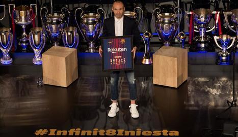 Andrés Iniesta, envoltat de trofeus, durant l'acte que li va dedicar ahir el Barcelona.