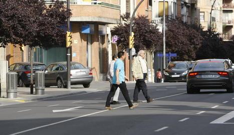 Vianants creuant pel mig del carrer Príncep de Viana.