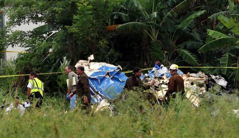 Policies i militars custodien les restes de l'avió accidentat a l'Havana, a Cuba.