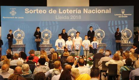 Nens d'Afanoc mostren el primer premi del sorteig d'ahir a la Llotja.