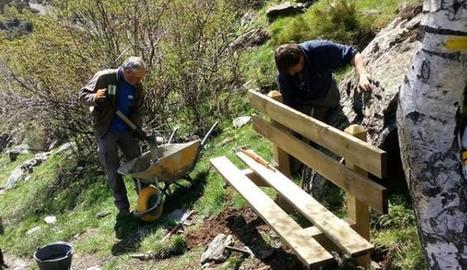 Instal·lació d'un banc de fusta a la zona de Cerbi.