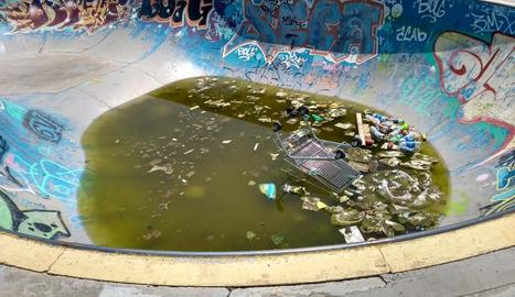 Estat ahir de l'skatepark de Pardinyes, amb l'aigua estancada i escombraries acumulades.