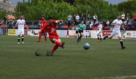 Un jugador de l'Alpicat i alguns del Borges, durant una acció ahir en el partit.