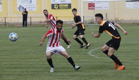 Un jugador del Flix i un altre de l'Sporting Pinyana, ahir durant el partit.
