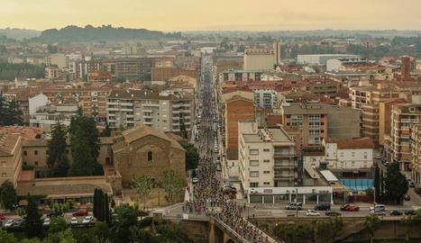 Una vista aèria del pas dels ciclistes cap al pont del riu Segre a Balaguer.