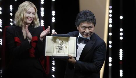 L'actriu Cate Blanchett i el realitzador japonès Hirokazu Koreeda al recollir la Palma d'Or.
