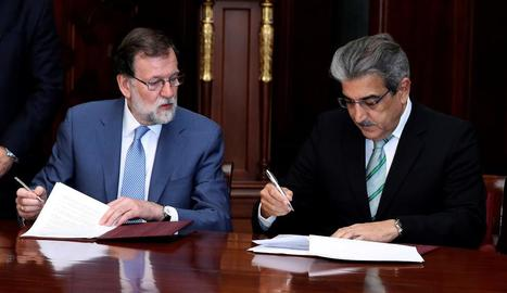 Mariano Rajoy i Román Rodríguez (NC) firmen l'acord.