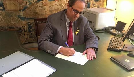 El president de la Generalitat, Quim Torra, firma el decret de nomenament dels nous membres del Consell Executiu.