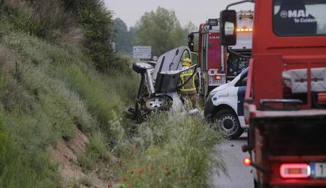 La víctima mortal conduïa un turisme que, a conseqüència de l'impacte, va sortir de la via i va bolcar.