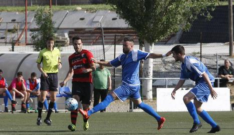 Un jugador de l'EFAC lluita una pilota amb un jugador del Sants amb el col·legiat al fons.