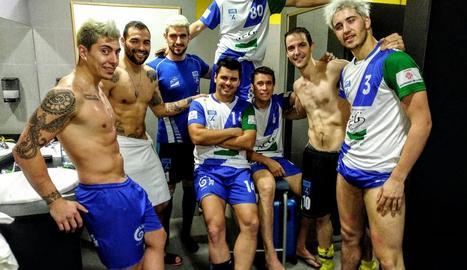 Els jugadors de l'ICG Lleida celebren un dels cinc gols que van anotar a la pista del Liceo.