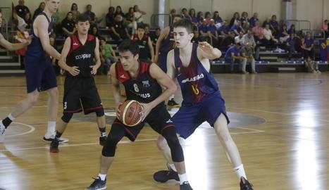 Una jugada del partit que va enfrontar ahir el FC Barcelona i l'Alkasar a l'Agnès Gregori.