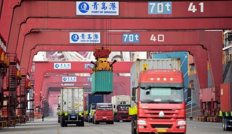 Diversos camions transporten contenidors a Qingdao.