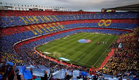 """El Camp Nou va retre un homenatge a Andrés amb un espectacular mosaic que deia """"Infinit Iniesta""""."""