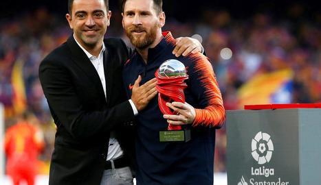 Iniesta va cedir el braçalet de capità a Messi quan el manxec va ser substituït en els últims minuts amb l'estadi corejant el seu nom.