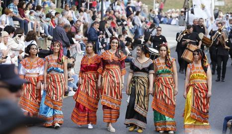 Més de 700 participants, entres sis comparses i sis bandes, van desfilar a la tarda pel barri antic.