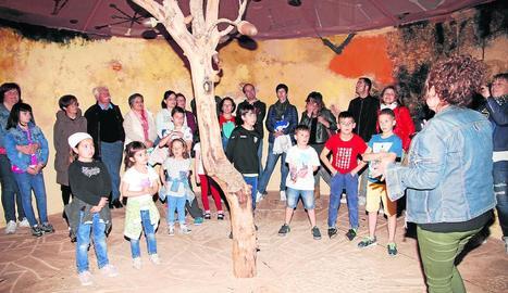 La Cabana de Josep Guinovart va acollir dissabte una activitat familiar per observar les constel·lacions.