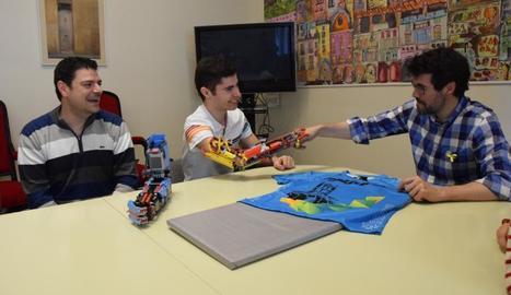 David Aguilar saluda l'alcalde de la Seu, Albert Batalla, amb el braç fet amb peces de Lego.