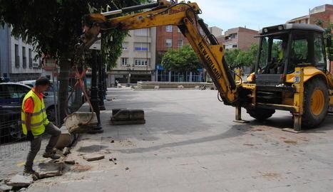 Una màquina inicia la demolició de part de la plaça de l'Ajuntament, que quedarà per ara tancada.