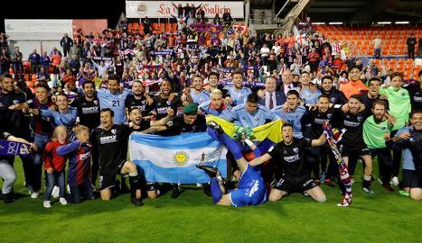 Jugadors i aficionats de l'Osca desplaçats a Lugo per animar l'equip celebren l'ascens.
