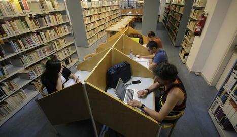 Imatge d'arxiu d'alumnes en una biblioteca de la UdL.