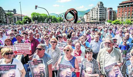 Milers de pensionistes a Bilbao, ahir, demanant pensions dignes.