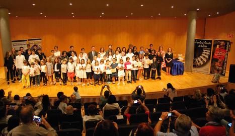 Foto de grup dels diferents guanyadors després de la clausura de l'acte a l'Auditori Enric Granados.