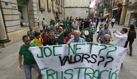 La marxa protesta del Gardeny va començar a la plaça Paeria mostrant una gran pancarta.