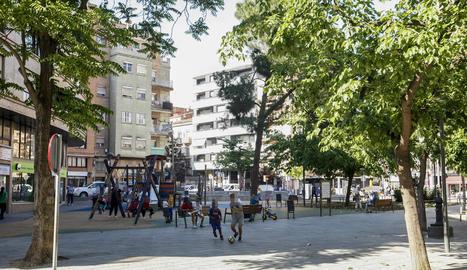 Un grup de nens juguen amb una pilota a la plaça Pau Casals, ahir a la tarda.