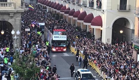 El bus descapotable de l'equip de l'Osca a l'arribar al Casino.