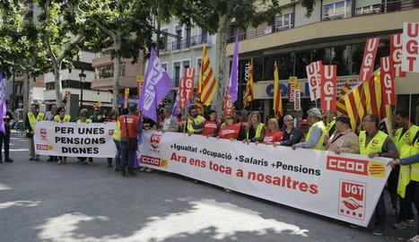 Els sindicats es van concentrar ahir davant de la seu de COELL a Lleida per criticar la precarietat.