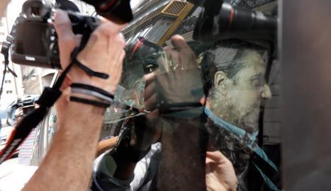 Agents de la Guàrdia Civil traslladen l'expresident de la Generalitat, Eduardo Zaplana.