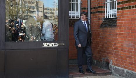 Carles Puigdemont, el 6 d'abril passat, quan va abandonar en llibertat sota fiança la presó alemanya.