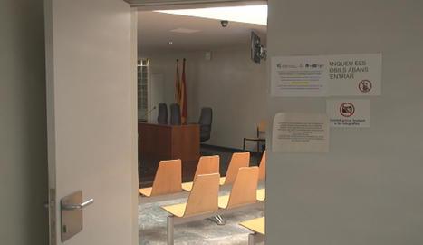 Sales buides i cartells que avisaven de la jornada de vaga, ahir als jutjats de Lleida.