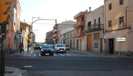 El foc es va iniciar al carrer Ferran Puig de Mollerussa.