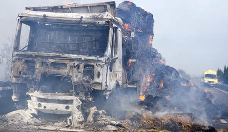 Estat en què ha quedat el camió incendiat a l'A-2 a Bellpuig.