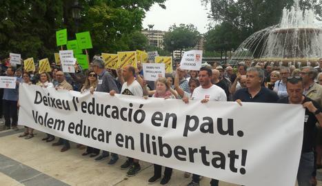 Uns 200 docents es concentren a Lleida en defensa de l'escola catalana