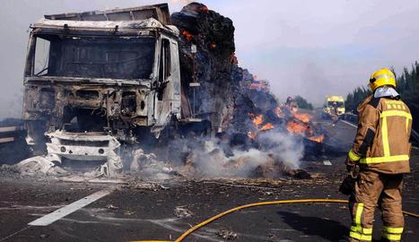Tallen més de 7 hores l'A-2 a Bellpuig al cremar-se un camió amb palla