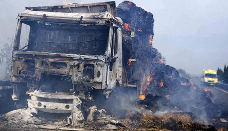 La cabina i el remolc del camió van quedar totalment calcinats.