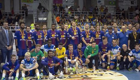 El Barcelona es va emportar el títol i els jugadors dels dos equips van posar junts després de l'entrega dels trofeus.