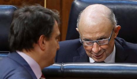 El ministre d'Hisenda, Cristóbal Montoro, conversa amb el portaveu del PNB, Aitor Esteban.