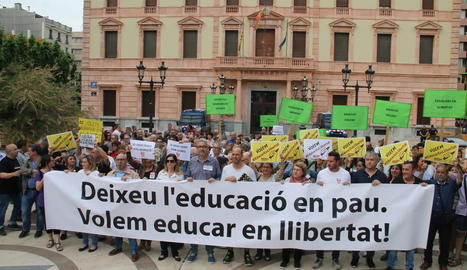 Professors i sindicalistes es van manifestar ahir davant de la subdelegació del Govern.
