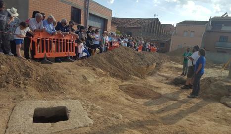 Els tècnics van explicar el descobriment als veïns de la població de Puigverd de Lleida.